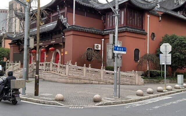 מקדש סגור בשנגחאי בתקופת הקורונה. רק סגל הנזירים נשאר במקום (צילום: יפעת פרופר)