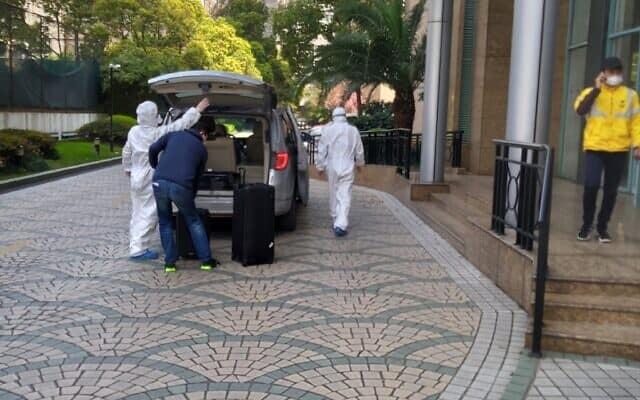 """רכב מיוחד הביא משדה התעופה של העיר את המגיעים מחו""""ל. הנהגים לבשו חליפת הגנה, הרכב חוטא לאחר כל נסיעה. מרץ 2020 (צילום: יפעת פרופר)"""