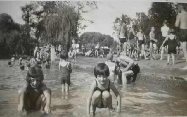 אדגר פויכטוונגר (מימין), שוחה בפארק במינכן עם אחותו למחצה דורלה, 1929 (צילום: Courtesy)