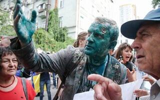 מייסד AntAC ויטלי שבונין הותקף בנוזל חיטוי צבוע בירוק ובעוגת פאי במהלך הפגנה נגד שוחד באוקראינה, 17 ביולי 2018 (צילום: ויאצ'סלב רטינסקי/UNIAN)