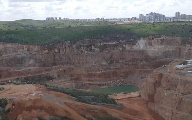 """המחצבה באזור נחל רבה, שם מתוכנן לקום אזור התעשייה החדש """"שער השומרון"""" (צילום: יוסי ארן)"""