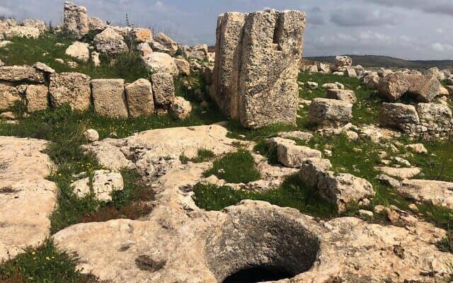 """בארות עתיקים באזור נחל רבה, שם מתוכנן לקום אזור התעשייה החדש """"שער השומרון"""" (צילום: דניאל לייזרוביץ')"""