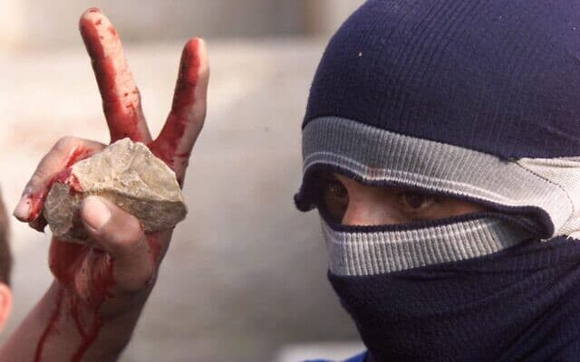 פלסטיני משליך אבנים באחד הימים הסוערים באינתיפאדה השנייה, ב-8 בדצמבר 2000 (צילום: AP Photo/Lefteris Pitarakis)
