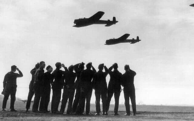 מפציצים בריטיים ממריאים במלחמת העולם השנייה (צילום: AP)