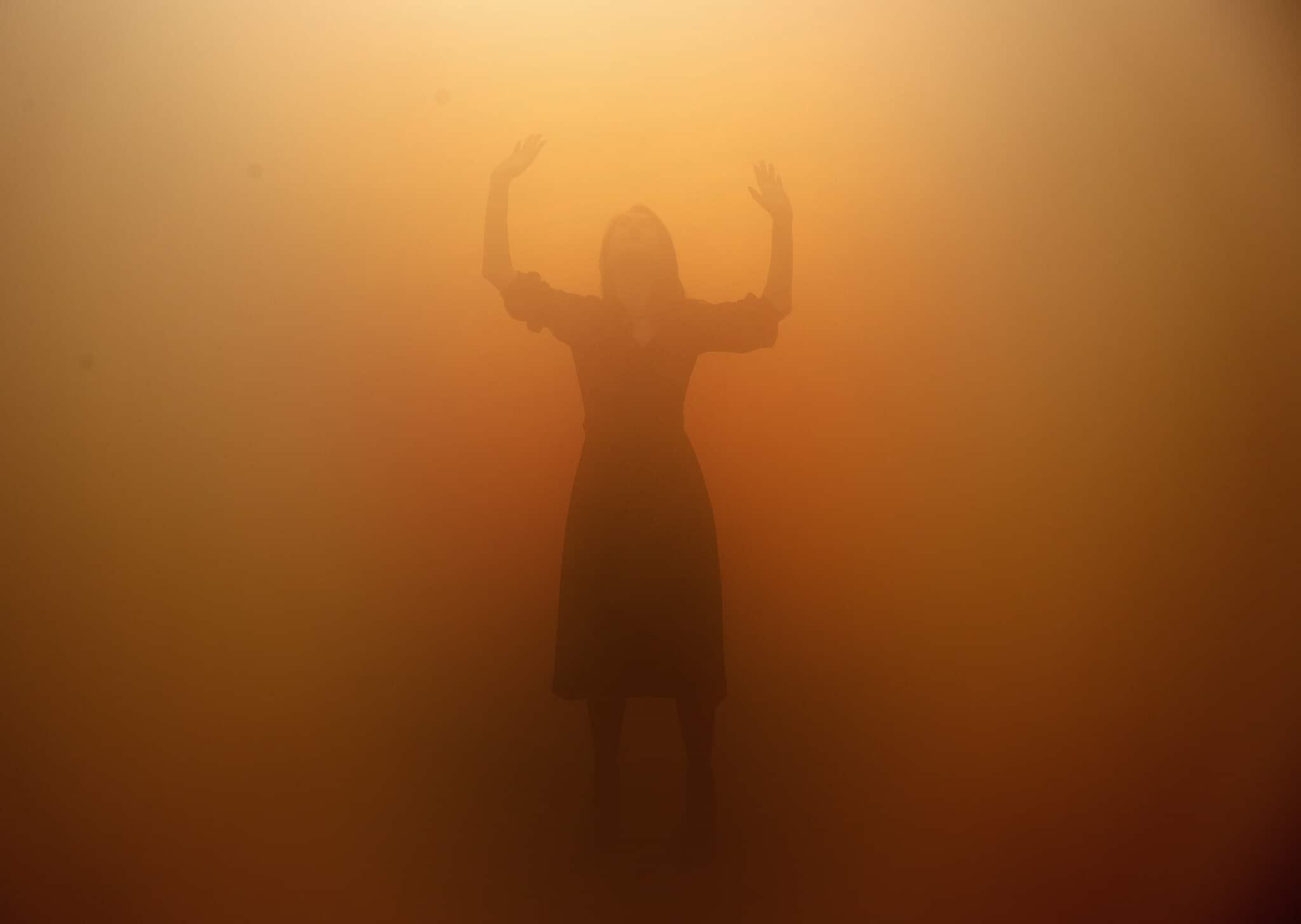 אילוסטרציה: מבקרת במיצג היוצר תחושה של ליקוי ראייה במוזיאון טייט גלרי בלונדון, 2019 (צילום: AP Photo/Frank Augstein)