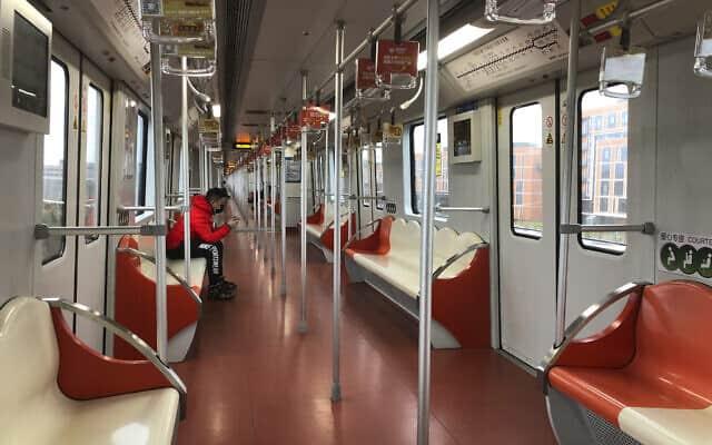 הרכבת תחתית בשנגחאי כמעט ריקה (צילום: AP Photo/Fu Ting)