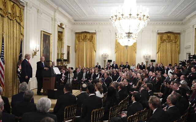 ראש הממשלה בנימין נתניהו מחליף דברים עם נשיא ארצות הברית דונלד טראמפ במהלך אירוע בחדר המזרחי בבית הלבן בוושינגטון ב-28 בינואר 2020 (צילום: AP/סוזן וולש)