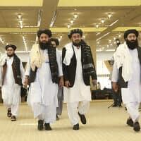 """אנשי טליבאן שהגיעו לקטר מאפגניסטן כדי לחתום על הסכם הפסקת אש עם ארה""""ב, פברואר 2020, ארכיון (צילום: AP Photo/Hussein Sayed)"""