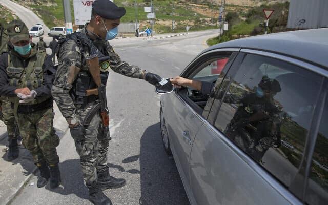 כוחות הביטחון הפלסטינים שומרים על הסגר ברמאללה, ב-23 במרץ 2020 (צילום: AP Photo/Nasser Nasser)