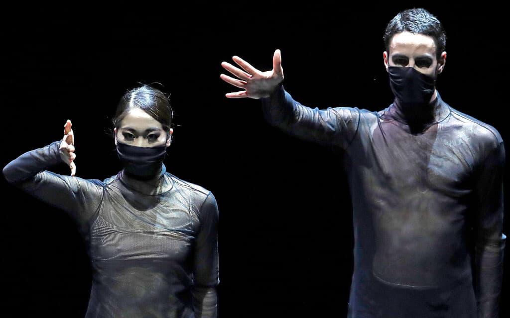 רקדני הבלט הלאומי בצ'כיה עוטים מסכות (צילום: AP Photo/Petr David Josek)