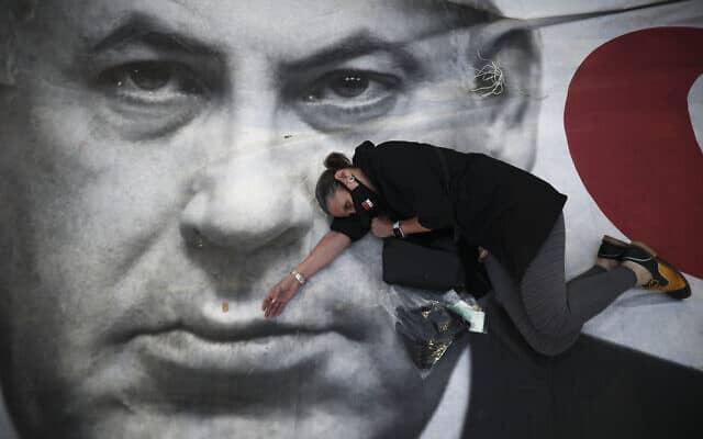 מחאת נגד המשך שלטון נתניהו בתל אביב (צילום: AP Photo/Oded Balilty)