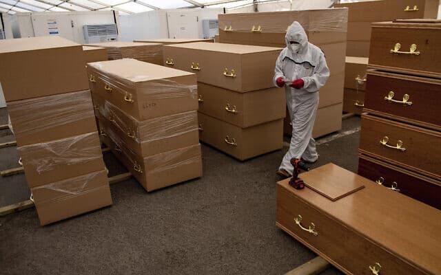 מתנדב במתחם שהוסב לחדר מתים בברמינגהאם שבאנגליה, 20 באפריל 2020 (צילום: Jacob King/PA via AP)