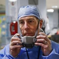 ד״ר אנתוני לנו, ראש צוות רפואת חירום בבית חולים ביונקרס, ניו יורק, בסיום משמרת במחלקת חולי הקורונה. 20 באפריל 2020 (צילום: P Photo/John Minchillo)