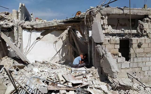 הריסות של בית בפרברי דמשק, שלפי דיווחים בסוריה, הותקף על ידי ישראל, 27 באפריל 2020. נטען כי בהפצצה נהרגו לוחמים איראניים (צילום: SANA via AP)