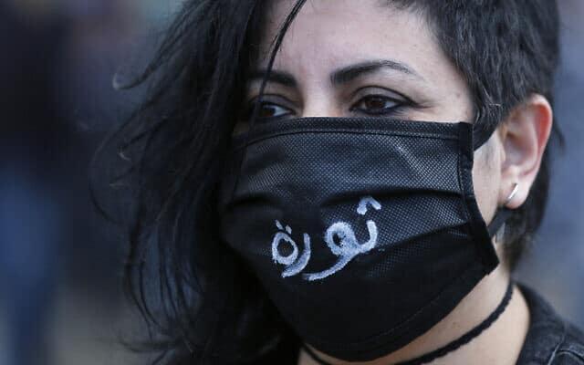 מפגינה נגד הממשלה בלבנון, 27 באפריל 2020 (צילום: AP Photo/Hussein Malla)