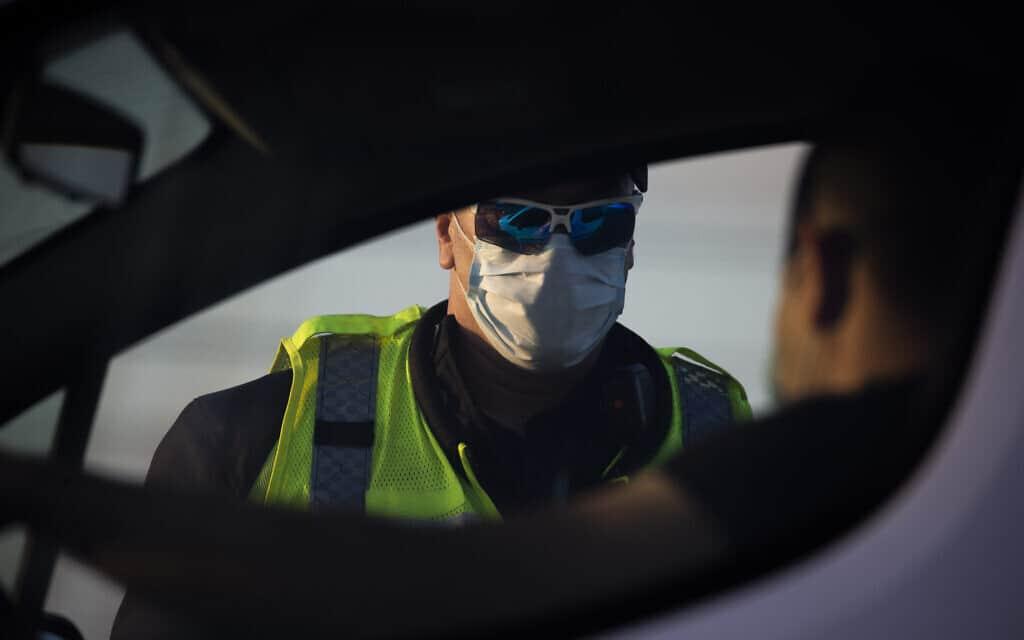 עידן הקורונה: שוטר במסיכה, צילום המחשה, למצולם אין קשר לנאמר (צילום: AP Photo/Ariel Schalit)