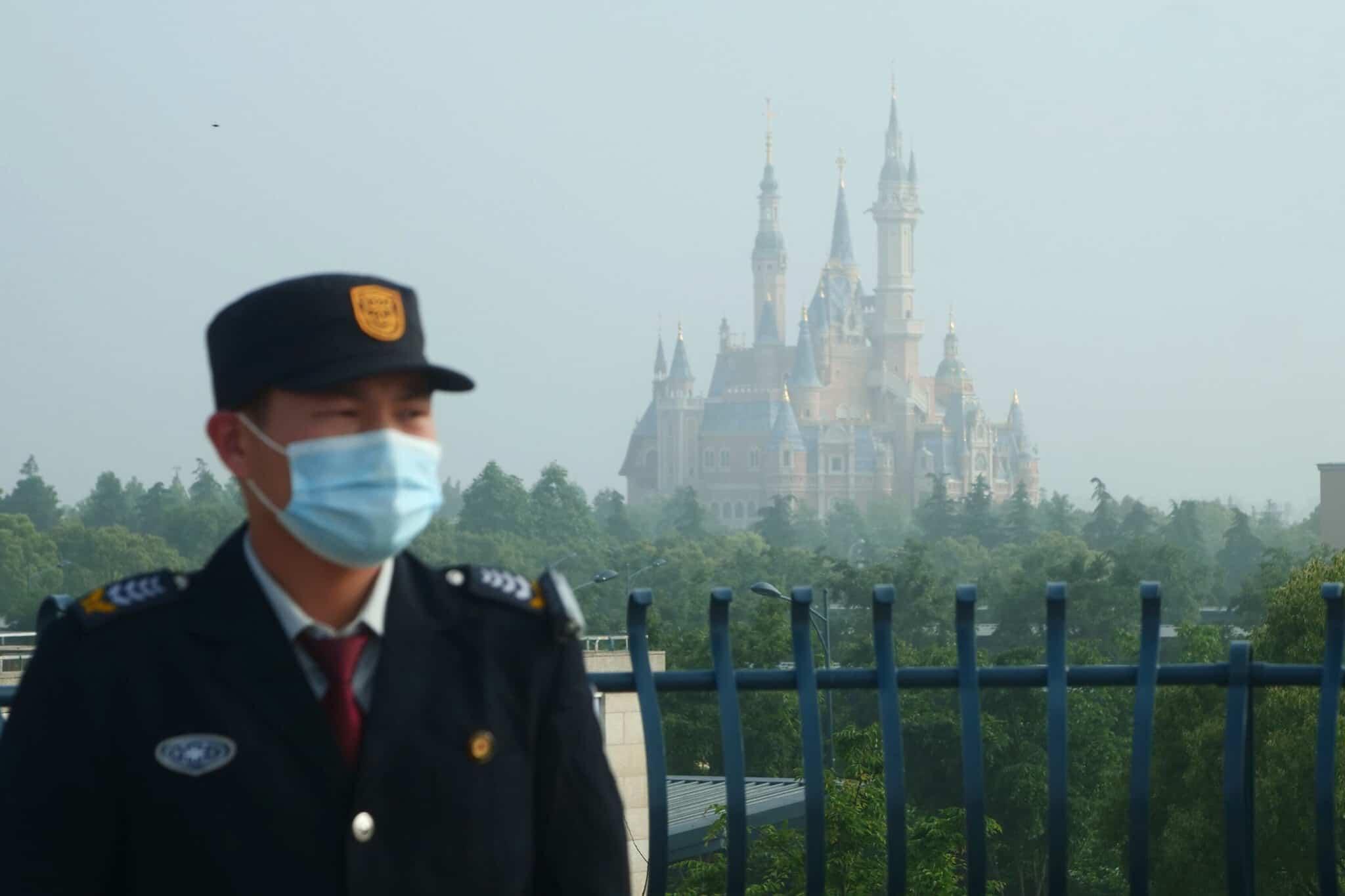 עובד ביטחון בפארק השעשועים דיסנילנד בשנחגאי. 11 במאי 2020 (צילום: AP Photo/Sam McNeil)