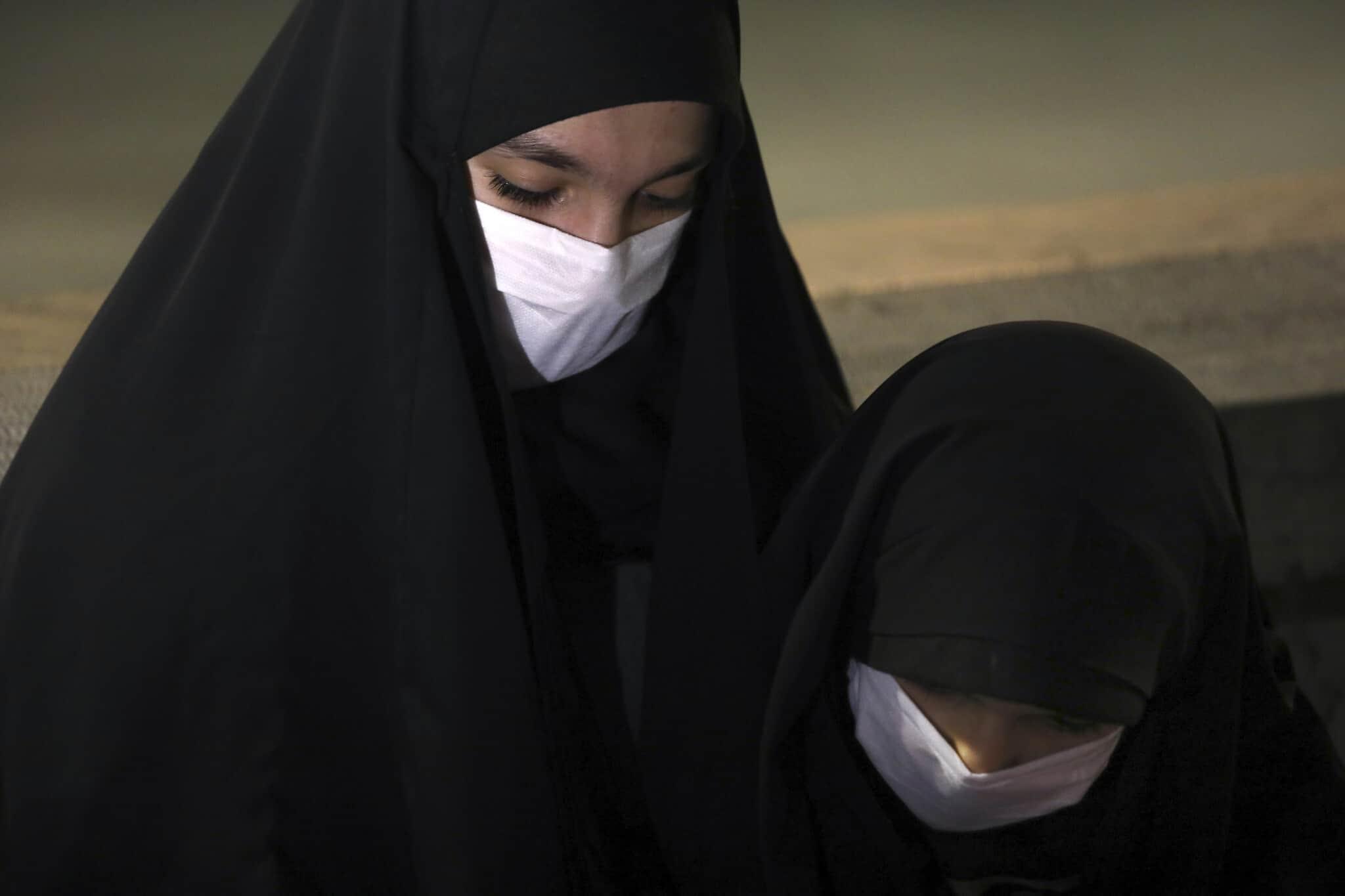 נשים איראניות מתפללות במסכות, 12 במאי 2020 (צילום: AP Photo/Vahid Salemi)