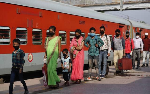 הסגר שהחל בהודו ב-25 במרץ שלח מיליוני עובדים לכפרי הולדתם, ושיעור האבטלה זינק (צילום: AP Photo/Rajesh Kumar Singh)
