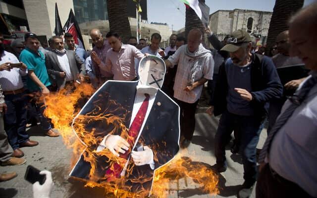 הפגנה של פלסטינים בשכם במחאה על ביקורו של שר החוץ האמריקני, מייק פומפאו, בישראל. מאי 2020 (צילום: AP Photo/Majdi Mohammed)
