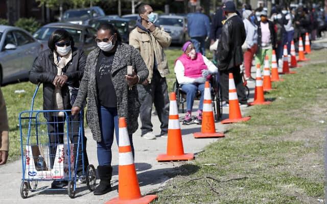 תושבים משיקגו מתייצבים לחלוקת מזון. מאי 2020 (צילום: AP Photo/Charles Rex Arbogast)