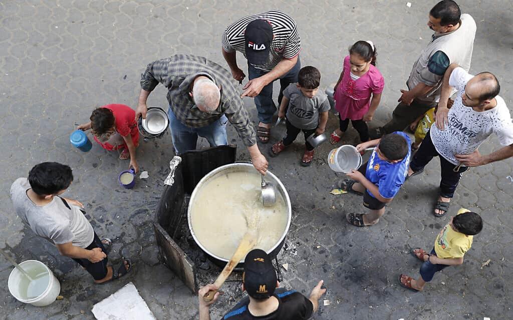 חלוקת מזון לרמדאן לנזקקים בעזה, 20 במאי 2020 (צילום: AP Photo/Adel Hana)