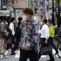 עוברי אורח בטוקיו שביפן, 22 במאי 2020 (צילום: Eugene Hoshiko, AP)