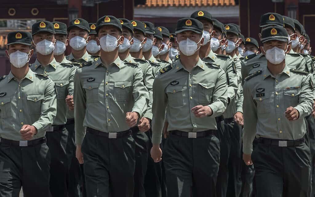 אילוסטרציה, חיילים סיניים, מאי 2020 (צילום: Roman Pilipey/Pool Photo via AP)