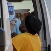 בדיקה לאיתור נגיף הקורונה בדרום יוהנסבורג שבדרום אפריקה, 22 במאי 2020 (צילום: Themba Hadebe, AP)
