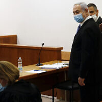 בנימין נתניהו באולם 317 של בית המשפט המחוזי בירושלים, דקות לפני פתיחת משפטו. 24 במאי 2020 (צילום: Ronen Zvulun/ Pool Photo via AP)