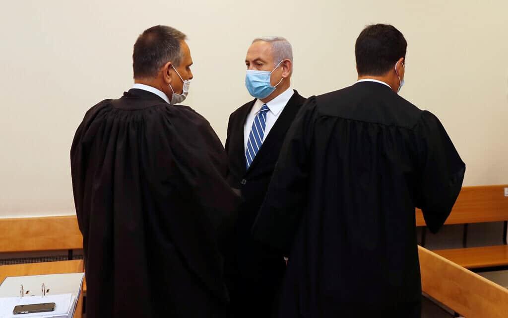 בנימין נתניהו עם עורכי דינו מיכה פטמן (משמאל) ועמית חדד בבית המשפט המחוזי, בפתיחת משפטו הפלילי ב-24 במאי 2020 (צילום: Ronen Zvulun/ Pool Photo via AP)