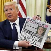 דולנד טראמפ מציג את שער הניו יורק פוסט, שעוסק בטיפול של טוויטר בציוצי הנשיא עצמו, רגע לפני שחתם על צו נשיאותי נגד הרשתות החברתיות. 28 במאי 2020 (צילום: AP Photo/Evan Vucci)