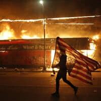 הפגנות במיניאפוליס, מינסוטה, נגד אלימות משטרתית נגד שחורים. 28 במאי 2020 (צילום: AP Photo/Julio Cortez)
