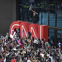 הפגנות באטלטנה בעקבות מותו של ג'ורג' פלויד, המפגינים מתפרעים מחוץ לבניין סי-אן-אן. 29 במאי 2020 (צילום: AP Photo/Mike Stewart)