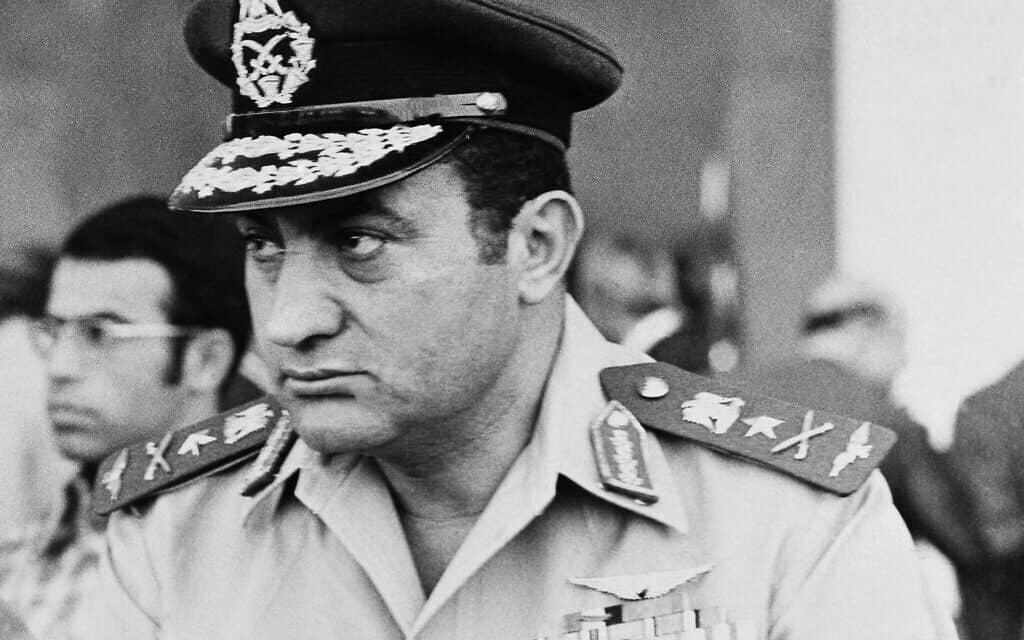 חוסני מובארכ מפקד על חיל האוויר המצרי, 1974 (צילום: AP Photo/Harry Koundjakjian)
