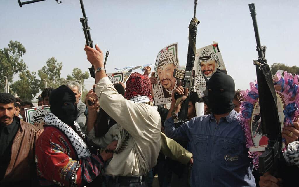 הפגנת תמיכה בערפאת בעזה, נובמבר 1994, ארכיון (צילום: AP Photo/Eyal Warshavsky)