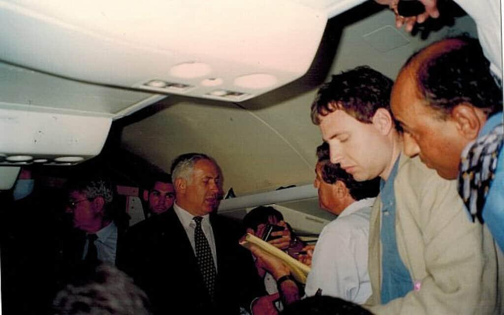 ביבי בטיסה עם העתונאים המפחידים (צילום: דן פרי)