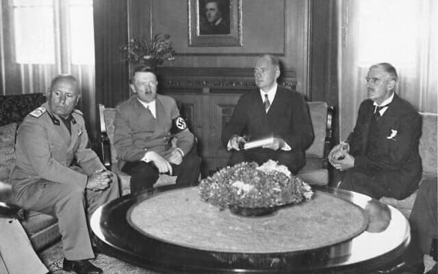 משמאל: ראש ממשלת איטליה בניטו מוסוליני, קנצלר גרמניה אדולף היטלר, פאול-אוטו שמידט (מתורגמן ממשרד החוץ הגרמני) וראש ממשלת בריטניה נוויל צ'מברליין, ועידת מינכן, ספטמבר 1938 (צילום: הארכיון הפדרלי הגרמני באמצעות ויקישיתוף)