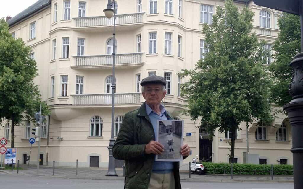 אדגר פויכטוונגר עומד לפני ביתו לשעבר של היטלר בפרינצרגנטנפלאץ 16 במינכן, גרמניה (צילום: Courtesy)