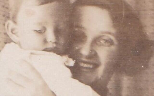 ארנה פויכטוונגר מחזיקה את בנה התינוק אדגר, מינכן, 1924 (צילום: Courtesy)