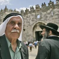 Palestinian man and Ultra-Orthodox Jews at the Damascus Gate (צילום: Abir sultan/Flash 90)