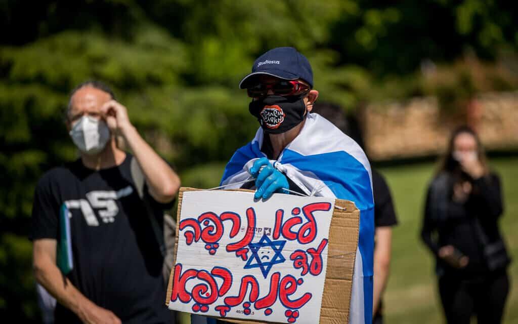 """ישראלים צופים בדיון בבג""""ץ בעתירות נגד הרכבת הממשלה על ידי נתניהו מול משכן הכנסת (צילום: Yonatan-Sindel-Flash90)"""