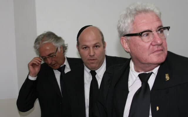 עורכי דינו של משה קצב בבית המשפט ב-6 באפריל 2008: אביגדור פלדמן, אבי לביא וציון אמיר (צילום: אן קפלן/פלאש90)