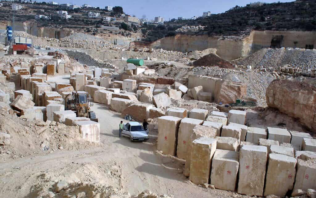 מחצבה ליד חברון, ב-2009 (צילום: Najeh Hashlamoun/Flash90)