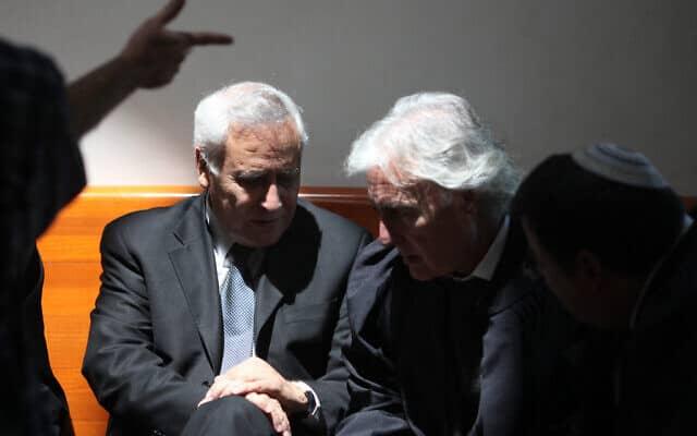 """עו""""ד ציון אמיר ומשה קצב בבית המשפט העליון ב-10 באוגוסט 2011 (צילום: קובי גדעון/פלאש90)"""