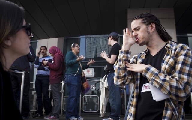 חירשים וכבדי שמיעה מפגינים בתל אביב בעקבות הפגיעה בזכויותיהם הכלכליות, ארכיון, 2012 (צילום: Tali Mayer/Flash90)