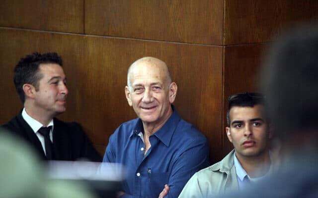 אהוד אולמרט על ספסל הנאשמים במשפט הולילנד, ב-29 בספטמבר 2013 (צילום: Roni Schutzer /Flash90)