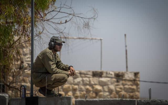 חייל צה״ל ליד מחסום חיזמה (צילום: הדס פרוש/פלאש90)