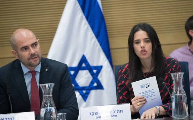 איילת שקד ואמיר אוחנה בכנסת, ב-2017 (צילום: יונתן זינדל/פלאש90)
