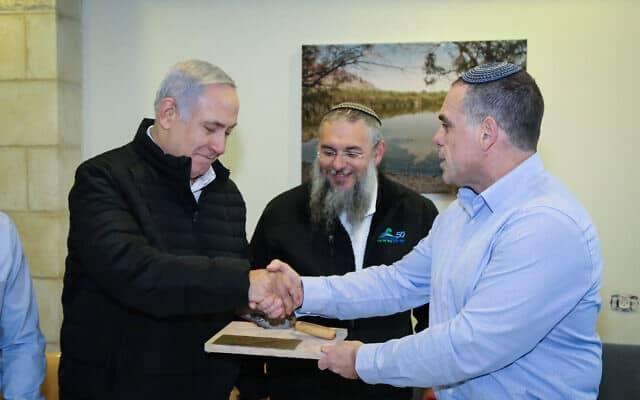 ראש הממשלה בנימין נתניהו לוחץ את ידו של ראש מועצת אפרת עודד רביבי באפרת, 28 בינואר 2019 (צילום: גרשון אלינסון/פלאש90)